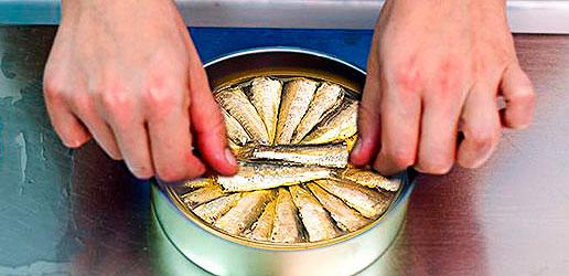 Mise en boite des sardines - Churrusquina - Conservas Roma - Galice - Nouvelle Vague épicerie de la pêche à Bordeaux